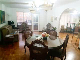 Una sala de estar llena de muebles y una lámpara de araña en Benjamin Londoño