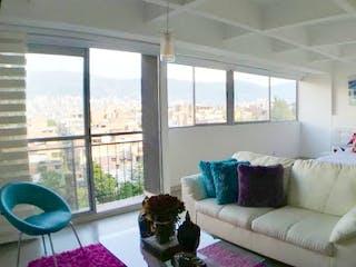 Una sala de estar llena de muebles y una gran ventana en Ciudad del Parque