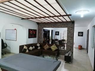 Una sala de estar llena de muebles y una gran ventana en Apartamento en Simon Bolivar, La Amerca - Tres alcobas