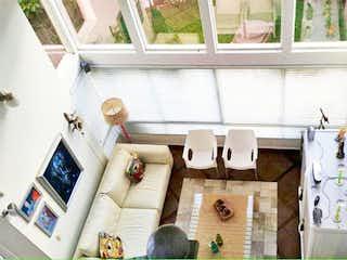 Una sala de estar llena de muebles y decoración en Casa en el Esmeraldal - Envigado, cuenta con tres habitaciones ,dos niveles