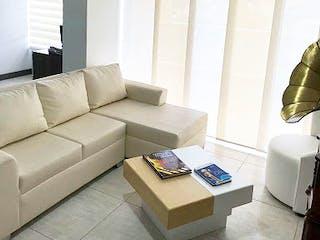 Una sala de estar llena de muebles y una ventana en Apartamento En El Chingui - Envigado, cuenta con dos habitaciones.