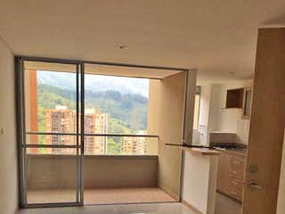 Una cocina blanca con un gran ventanal en ella en Apartamento de 67m2 en San José, Sabaneta - con tres habitaciones