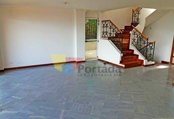 Casa en La Loma del Escober - Envigado, cuenta con tres niveles