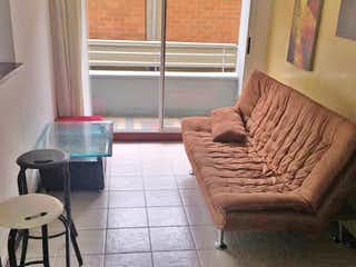 Una sala de estar llena de muebles y una ventana en Apartaestudio en Los Colores, Estadio - 38mt, una alcoba, balcón