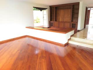 Una sala de estar con suelos de madera y suelos de madera en Altos de la Rioja