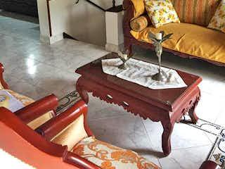 Una sala de estar llena de muebles y una chimenea en CA 2 piso