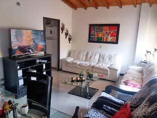 Una sala de estar llena de muebles y una televisión de pantalla plana en Apartamento 85mt2  en la America -Calazans,3 Habitaciones