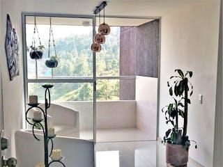 Un cuarto de baño que tiene una puerta de ducha de cristal en Bosque Alto