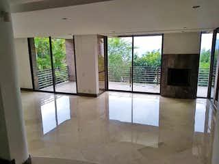 Una vista de una sala de estar con un gran ventanal en Tesoro