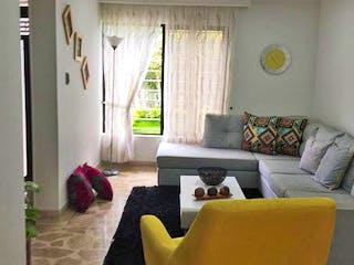 Una sala de estar llena de muebles y una gran ventana en Casa la america