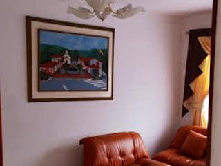 Una sala de estar llena de muebles y una pintura en Edificio de 3 pisos
