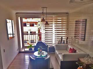 Una sala de estar llena de muebles y una gran ventana en veleros