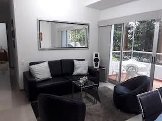 Una sala de estar llena de muebles y una ventana en URB VIÑA DEL MAR