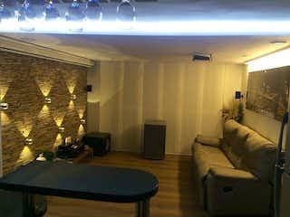 Una sala de estar llena de muebles y una ventana en peña verde