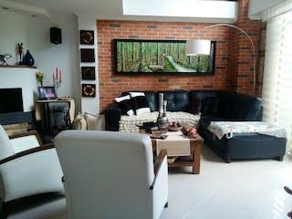 Una sala de estar llena de muebles y una televisión de pantalla plana en CORTIJO DE SAN JOSE