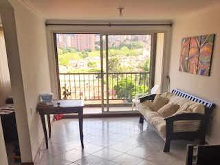 Una sala de estar llena de muebles y una ventana en veleros