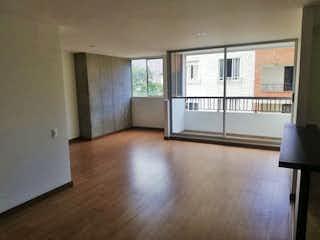 Una sala de estar llena de muebles y una ventana en oporto