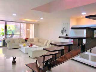 Una sala de estar llena de muebles y una mesa en Casa de 300m2 en Sabaneta, sector Aves Marías - con cuatro habitaciones