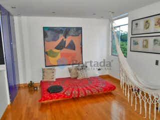Una habitación con una cama y una pintura en la pared en guayacanes de san diego