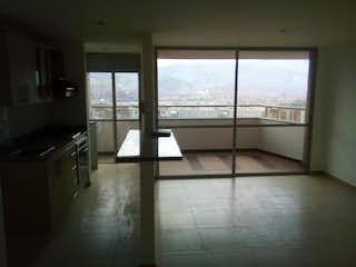 Una habitación que tiene una ventana en ella en Apartamento en Loma del Indio, Poblado - Tres alcobas