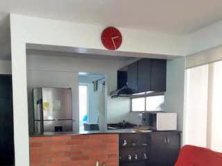 Una sala de estar llena de muebles y un sofá rojo en Casa en Saan Jeronimo, Antioquia - Cuatro alcobas