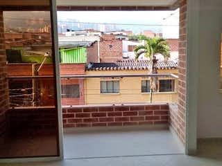 Un gran edificio de ladrillo con una gran ventana en  EDIFICIO JARDINES