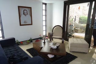 Casa en la Loma del Escobero - Envigado, cuenta con cuatro habitaciones