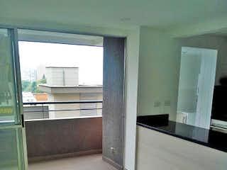 Una vista de una cocina con un gran ventanal en -