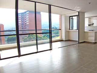 Un cuarto de baño con ducha y lavabo en Apartamento en la Loma de las Brujas - Envigado, cuenta tres habitaciones