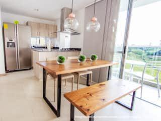 Una cocina con una mesa y sillas en ella en Terra