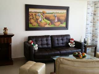 Una sala de estar llena de muebles y una televisión de pantalla plana en Urbano la ceja