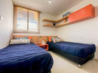 Una cama azul sentada en un dormitorio junto a una ventana en AP CAMINO DEL VIENTO