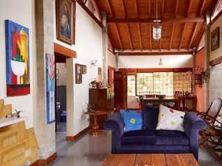 Una sala de estar llena de muebles y una ventana en Casa en venta en Aeropuerto de 300m2.