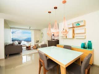Una sala de estar llena de muebles y una ventana en rio secreto