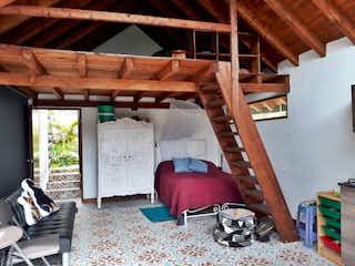 Un dormitorio con literas de madera y una silla en Casa Centro guarne