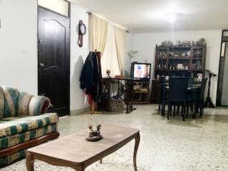 Una sala de estar llena de muebles y una mesa en Casa en laureles
