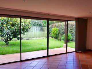 Una habitación muy bonita con una gran ventana en CA PRADERAS DEL RETIRO
