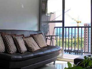 Un banco de madera sentado delante de la ventana en ap manzanillos