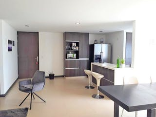 Una sala de estar llena de muebles y una televisión de pantalla plana en Apartamento en Loma de las Brujas, Envigado - Tres alcobas
