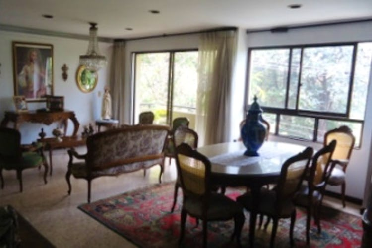 Portada Apartamento En San Lucas - El Poblado, cuenta con tres habitaciones.