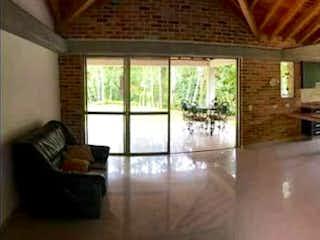 Una sala de estar llena de muebles y una ventana en CA PINAR AZUL
