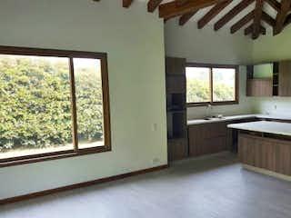 Una habitación muy bonita con una gran ventana en -