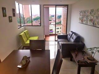 Una sala de estar llena de muebles y una gran ventana en Apartamento en Los Colores, Estadio - Cuatro alcobas