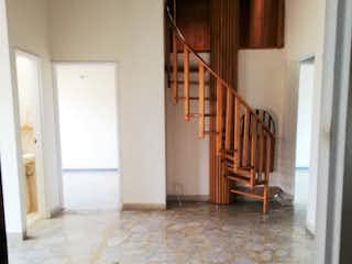 Un cuarto de baño con suelo de madera y paredes blancas en Selecto 2