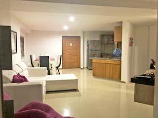 Una sala de estar llena de muebles y una mesa en Torre Ed Cigarras