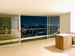 Un cuarto de baño con una puerta de cristal y una ventana en Apartamento en Pueblo Viejo, La Estrella - 96mt, tres alcobas, balcón
