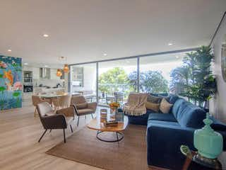 Una sala de estar llena de muebles y una gran ventana en Gran Reserva