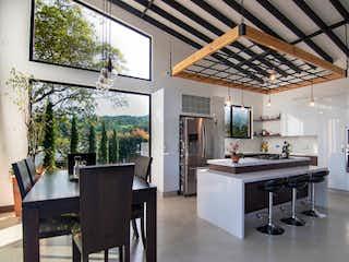 Una cocina con una mesa y sillas en ella en Tres Corrientes