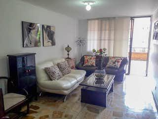 Una sala de estar llena de muebles y una televisión de pantalla plana en Porton de Laureles