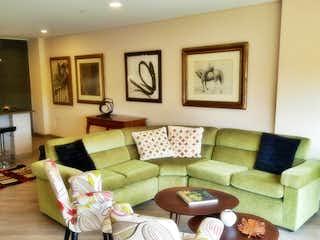 Una sala de estar llena de muebles y una gran ventana en Apartamento en venta en llanogrande  de 136m2.
